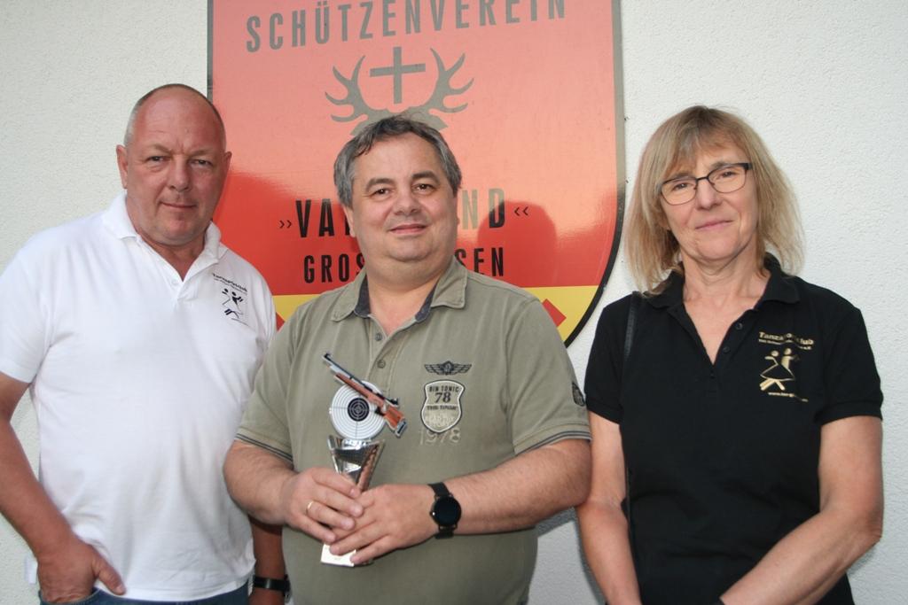 2019-06-21 Siegerehrung Dorfpokalschießen Giesen 2019 - v.l. Peter Frommann, Ralf Uhlig, Iris Fromann