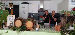 2019-04-30 - Maibaumaufstellung 2019 - TSC-Weinstand - Iris Frommann + Bettina Nielsen freuen sich auf die Gaeste - Foto Peter Frommann