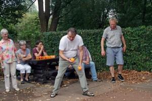 TSC-Sommerfest 2016 - Taenzer spielen Boule - Achtung, jetzt komme ich....