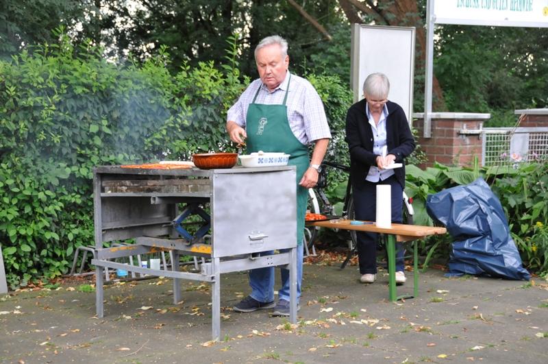TSC-Sommerfest 2017 - Helmut Kompa als Grillmeister - Foto Werner Haeder