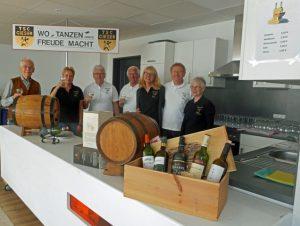 TSC-Weinstand bei Giesener Maibaumaufstellung 2018 - Ein Teil der fleissigen Helfer.